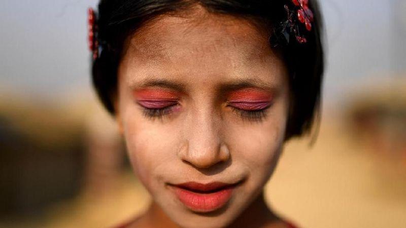 Kesulitan yang sedang dihadapi warga Rohingya tidak menyurutkan mereka untuk menikmati hidup. Buktinya dari gadis-gadis Rohinya ini. (Reuters/Clodagh Kilcoyne)