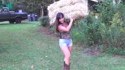 Usia dan pekerjaan bukan halangan untuk miliki tubuh bugar. Contohnya Jennifer yang populer karena punya tubuh kekar berkat aktivitasnya sebagai petani.