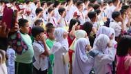 Keseruan Anak-anak di Hari Pertama Masuk Sekolah