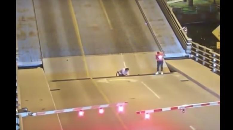 Bikin Panik, Pesepeda Jatuh ke Celah Jembatan Otomatis di AS