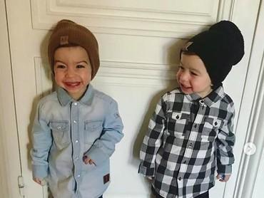 Senyum anak kembar ini manis banget ya, Bun? Gemas deh. (Foto: Instagram @Sidonie Biemont).
