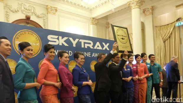 Garuda Indonesia saat menerima penghargaan