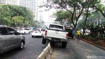 Hindari Tabrakan, Mobil Ini Nyangkut di Separator Jl Sudirman