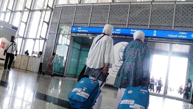 Sebanyak 392 jemaah haji Indonesia kloter pertama asal Padang, Sumatera Barat tiba di Bandara Amir Muhammad bin Abdul Aziz, Madinah, Arab Saudi, Selasa (17/7/2018).