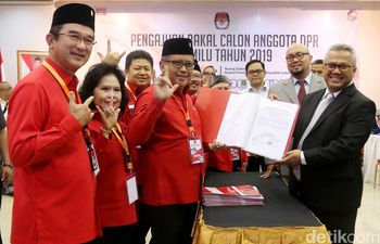 Daftarkan Bacaleg ke KPU, PDIP Kompak Salam Metal