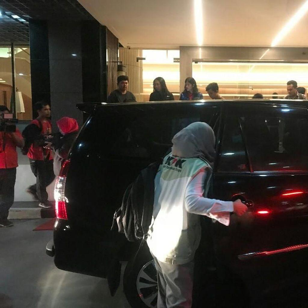 Video: KPK Bawa 3 Kardus dan 3 Koper Usai Geledah Kantor PLN