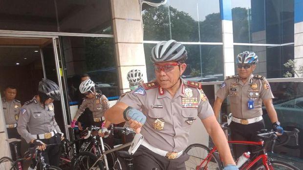Irjen Royke bersepeda dengan dikawal beberapa anggotanya yang juga pakai sepeda