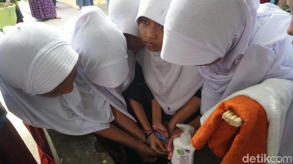Antusias Banget, Demi Hidup Bersih Para Siswa Berebutan Cuci Tangan