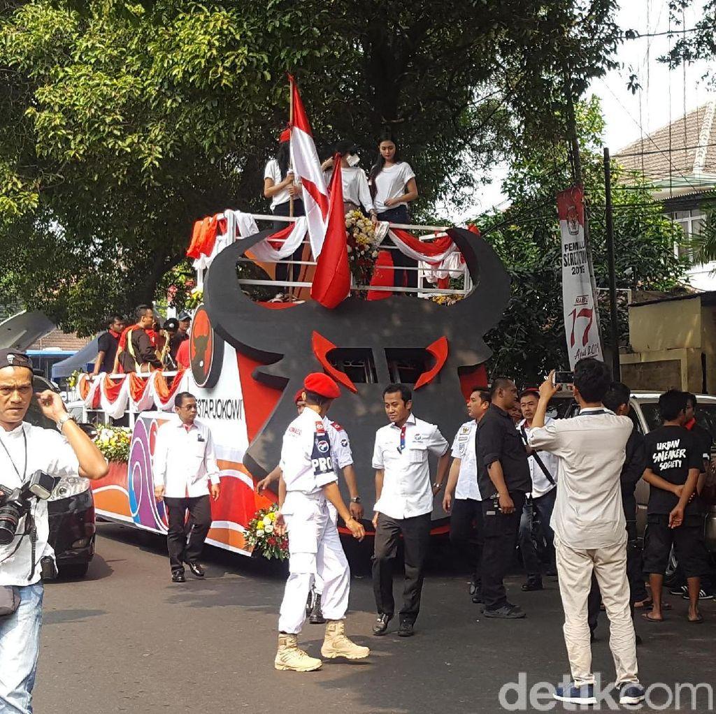Mobil Banteng dan Ondel-ondel Meriahkan Pendaftaran Bacaleg PDIP