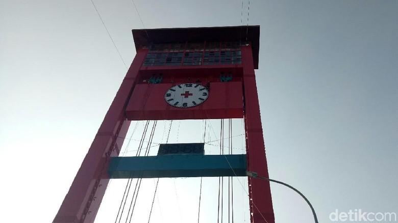 Jam analog di Jembatan Ampera (Raja Adil Siregar/detikTravel)