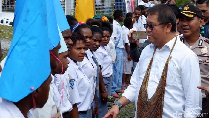 Menkominfo Rudiantara saat kunjungan kerja di Puncak Jaya, Papua. (Foto: Adi Fida Rahman/detikinet)
