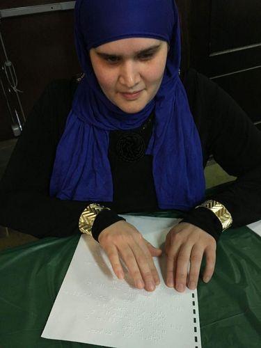 Hijabers Tuna Netra Ini Rilis Terjemahan Alquran Berbentuk Braille