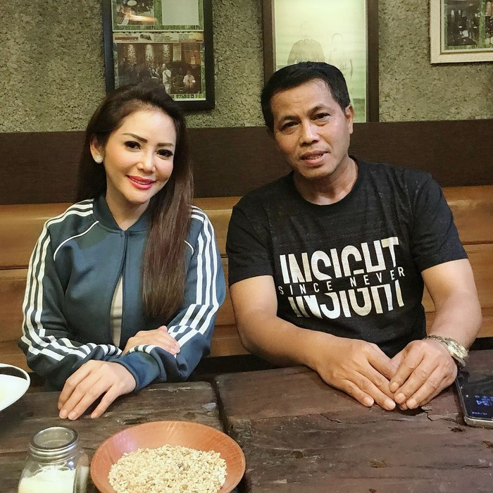 Mampir ke Pemalang, Jawa Tengah, Kristina bersilaturahmi dengan Bupati Junaedi. Nampak mereka bertemu di restoran sambil mencicip makanan enak. Foto: Instagram kristinadangdut