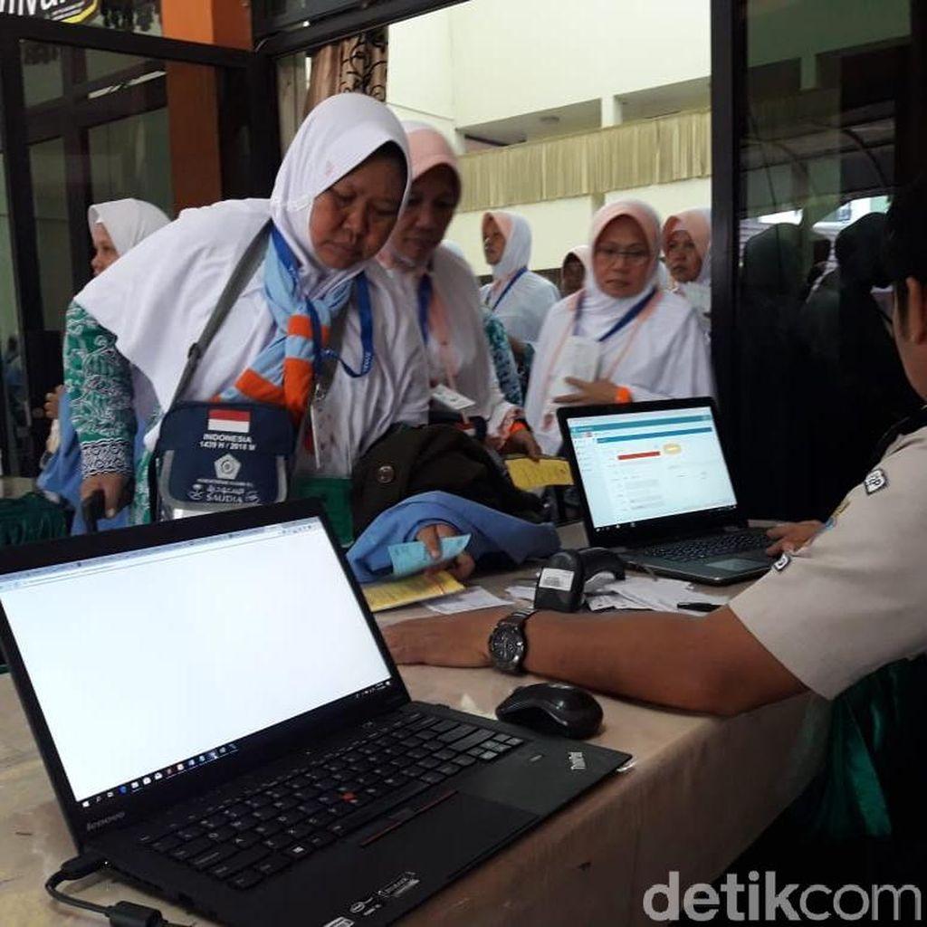 Tiba di Asrama Haji Bekasi, Jemaah Kloter 1 Tes Biometri