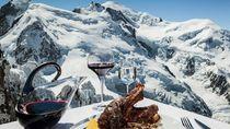 Wuiih! Begini Nih Sensasi Makan di Atas Gunung Salju Setinggi 3.842 M