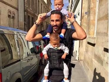 Si kembar main bareng ayahnya saat weekend, so sweet! (Foto: Instagram @adilrami)