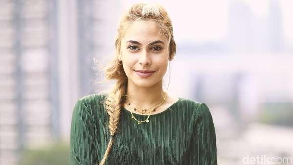 Valerie Thomas Makin Cantik dengan Rambut Pirang