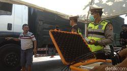 Petugas Gabungan Razia Truk Kelebihan Muatan di Tol Palikanci