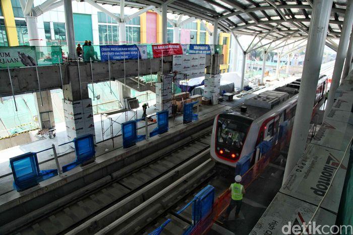Saat ini sebanyak 16 unit kereta atau gerbong LRT sudah tiba di Jakarta.