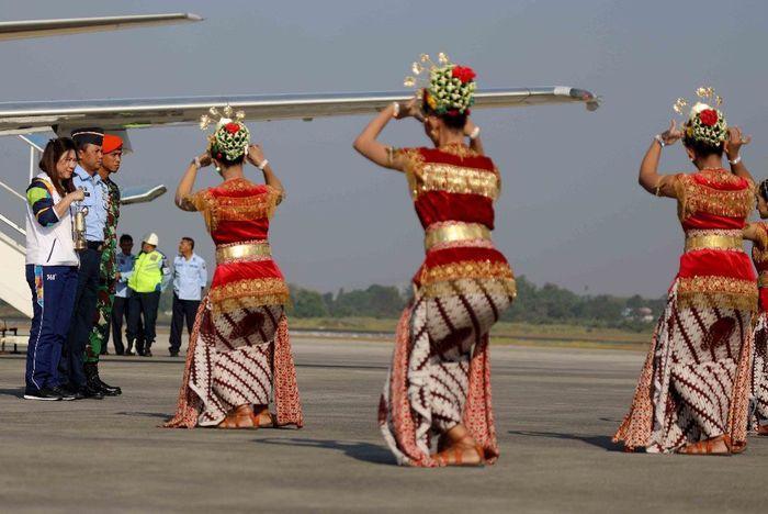 Menggunakan pesawat Boeing 737 milik TNI AU, Susy Susanti didapuk untuk membawa api Asian Games yang mendarat di Base Ops Lanud Adisutjipto, Selasa (16/7/2018) sekitar pukul 08.00 WIB. Foto: dok. INASGOC