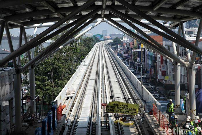 LRT Jakarta menguhubungkan Kelapa Gading Jakarta Utara dan Velodrome di Jakarta Timur. Panjang lintasan kereta ini 5,8 km.
