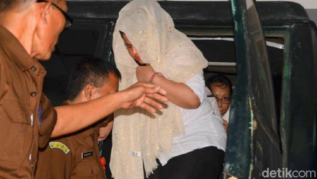 Dhawiya Tutupi Separuh Wajahnya saat Tiba di Pengadilan