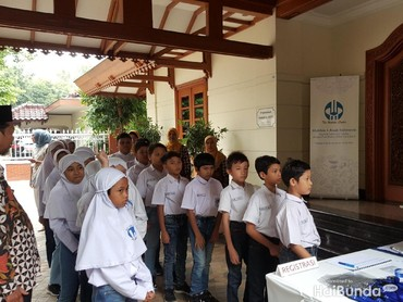Murid-murid dari sekolah Al Azhar ini diberi kesempatan untuk berkunjung dan berkeliling di perpustakaan milik BJ Habibie yang diberi nama Perpustakaan Habibie & Ainun.