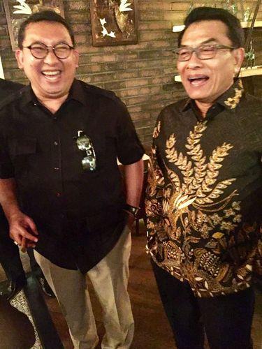 Fadli Zon dan Moeldoko tampak tertawa terbahak-bahak bersama.