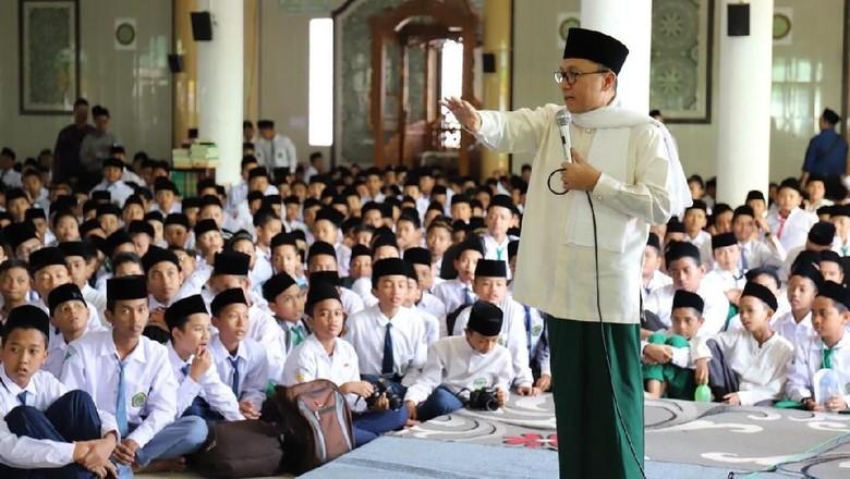 Bersarung, Zulkifli Hasan Ajak Santri Hapus Stigma Islam Radikal