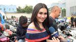 Ditanya Soal Shahrukh Khan, Ayu Ting Ting Senyum-senyum