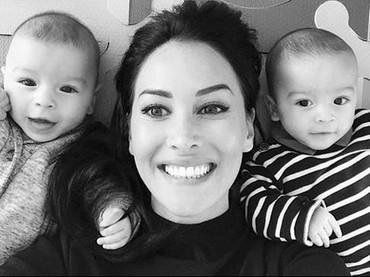 Menggemaskannya wefie bareng bunda. Ini saat kembar berumur setahun. (Foto: Instagram @Sidonie Biemont).