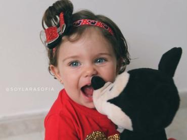Happy-nya Sofia saat main bareng boneka kesayangannya. (Foto: Instagram/soylarasofia)