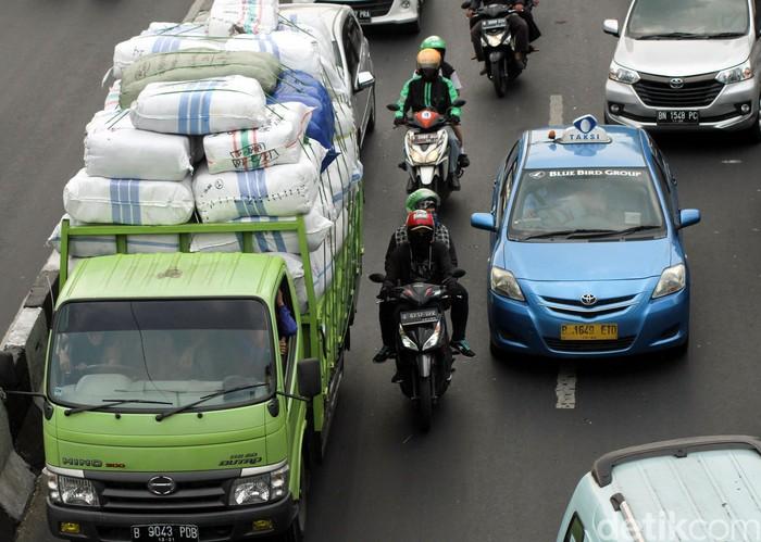 Pelarangan truk memuat barang dengan kapasitas berlebih terus disosialisasikan. Hal itu membuat negara rugi tiap tahunnya untuk perbaiki jalan yang rusak.