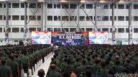 Babinsa mendengarkan pemaparan Presiden Jokowi. Mereka sempat ditanya soal kenaikan tunjangan.