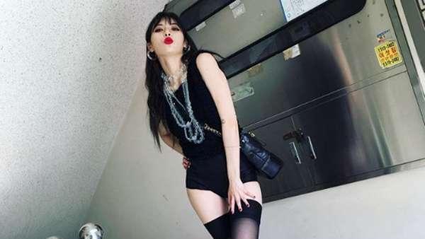Si Seksi Hyuna yang Buka Baju di Atas Panggung