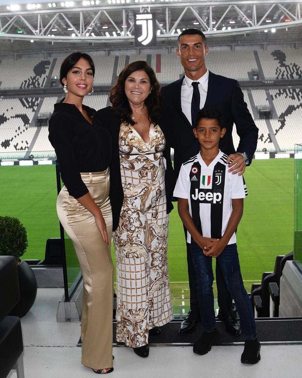 Melalui akun Instagram miliknya, Ronaldo pamer kebersamaannya dengan keluarga di markas Juventus yang langsung disambut dengan jutaan like dari netizen. Foto: Instagram/cristiano
