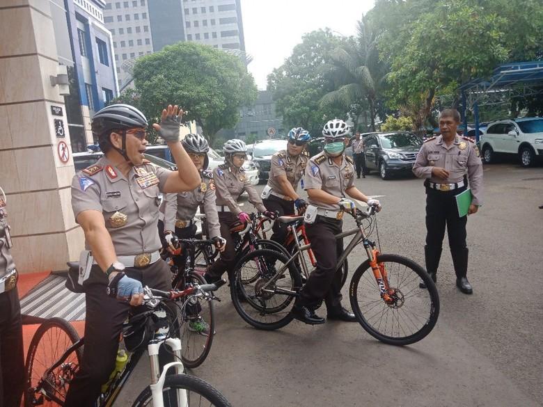 Kakorlantas Polri pakai sepeda untuk mendukung pengurangan kendaraan pribadi. Foto: Kanavino-detikcom