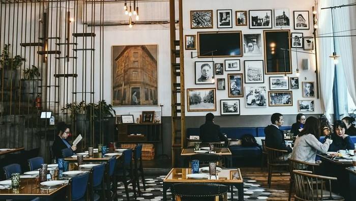 The Press by Inno Coffee berdiri di dalam bangunan bersejarah ditahun 1872, Shun Pao. Interiornya memadukan Neoclassiscism Eropa dan Shanghai modern. Langit-langitnya sengaja dibuat tinggi dan terdapat banyak foto hitam putih di dinding kafe. Foto: Instagram stephsugiarto