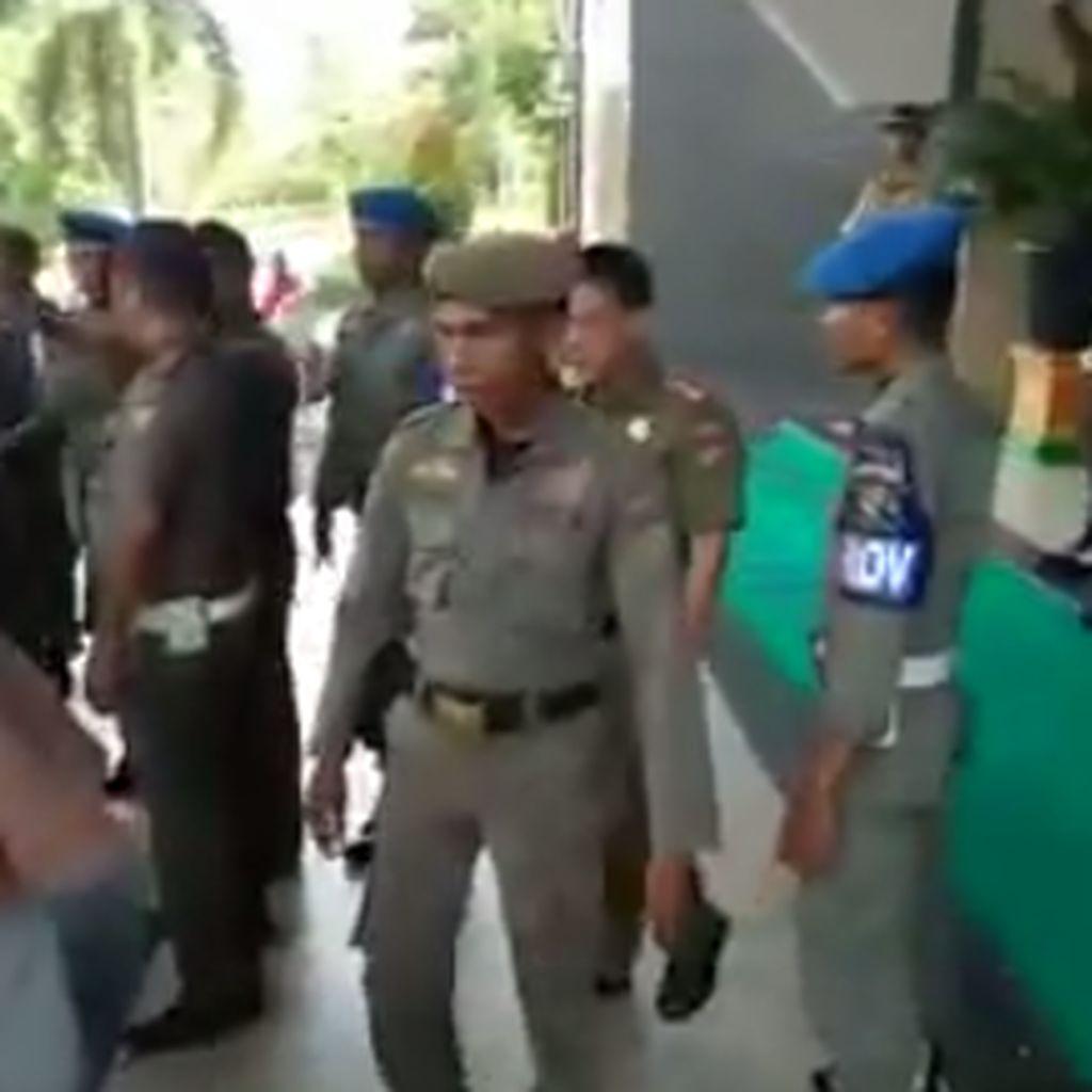 Satpol PP Kampar Riau Bantah Pukul Pendemo