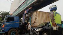 Truk Waskita Karya Nyangkut di JPO di Palembang