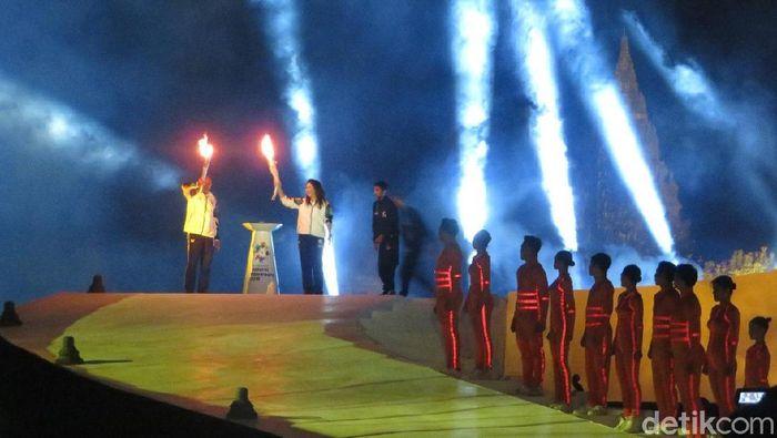 Foto: Wapres JK menerima api obor Asian Games 2018 dari Nasional Dhyan Chand, New Delhi, India. (Noval-detikcom)
