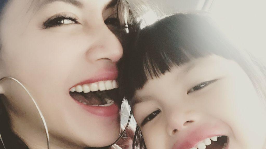 Efek Kemo Bikin Anak Nggak Nyaman, Denada Tutup Kaca Kamar Mandi