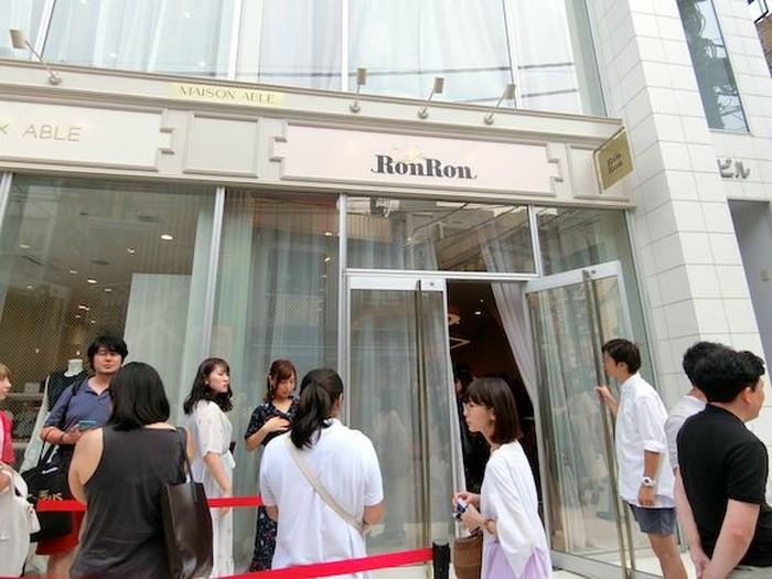MAISON ABLE Cafe Ron Ron berlokasi di Harajuku. Konsepnya, aneka dessert lezat disajikan di ban berjalan atau conveyor belt dan bisa dicicip sepuasnya! Foto: Sora News 24