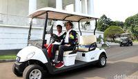 Jokowi langsung mengajak Zohri melihat-lihat halaman belakang Istana Bogor menggunakan boogey car.