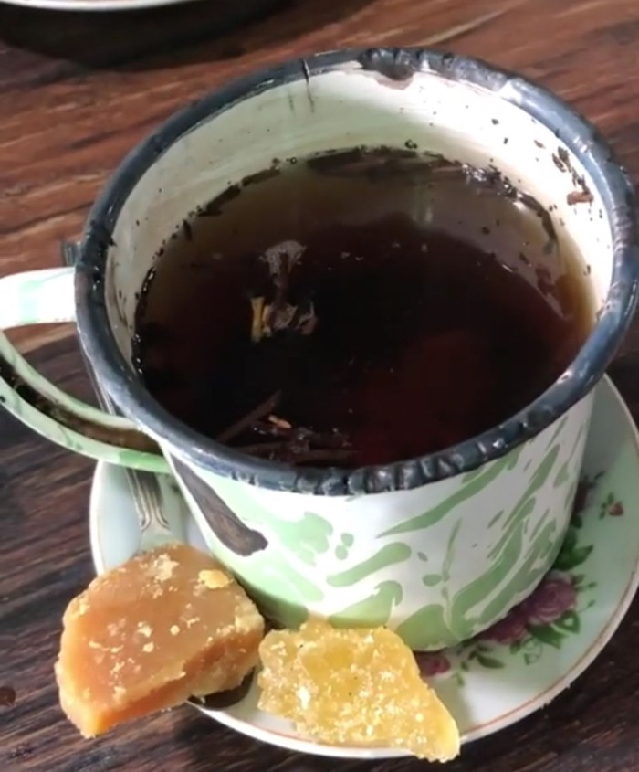 Teh tubruk yang panas manis sekaligus sepet memang sedap dihirup hangat. Apalagi @procaffeinator menambhakan gula aren sebagai pemanisnya. Foto: Instagram @procaffeinator