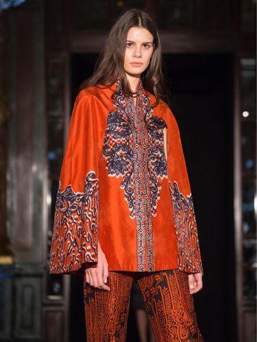 fashion show Alleira batik di paris fashion week dengan tema 'La Vie En Rose'
