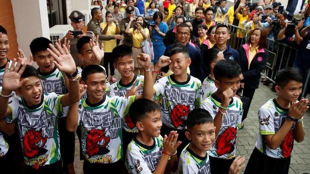12 remaja yang diselamatkan dari gua Thailand menebar senyum dan melambaikan tangan saat menemui publik untuk pertama kali