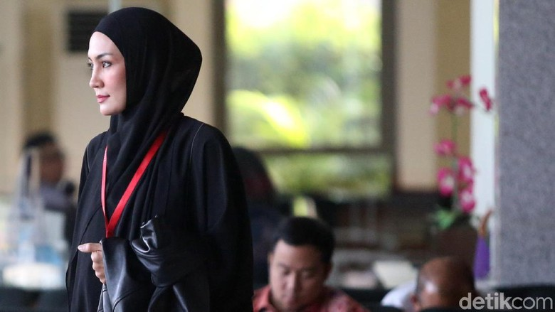 Tujuh Jam Lebih, Steffy Burase Masih Diperiksa KPK