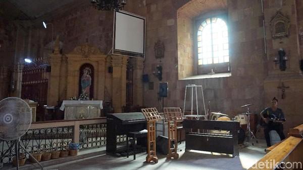 Tidak jauh dari altar Patung Yesus terdapat tempat untuk paduan suara gereja. Terlihat ada piano, gitar dan beberapa alat musik yang biasa digunakan untuk beribadah (Syanti/detikTravel)