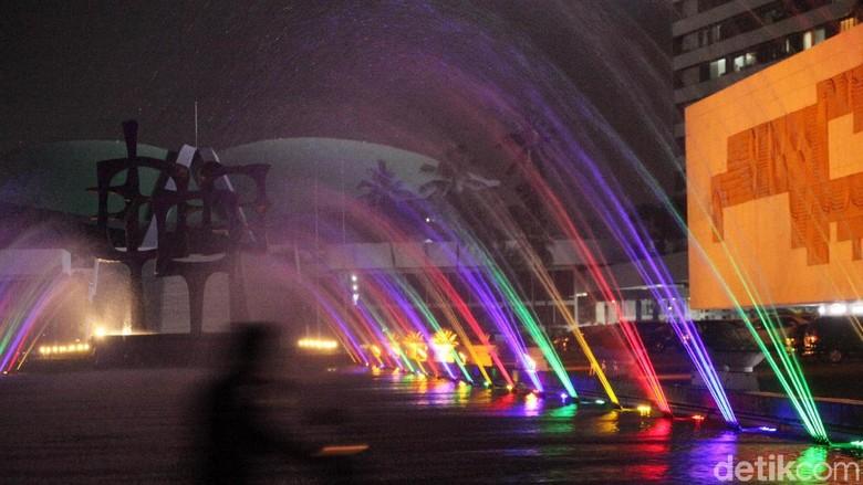 Air Mancur Warna-warni Percantik Gedung DPR
